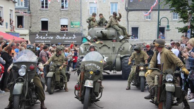 73e-d-day-sainte-mere-eglise-acclame-les-parachutistes-video.jpg